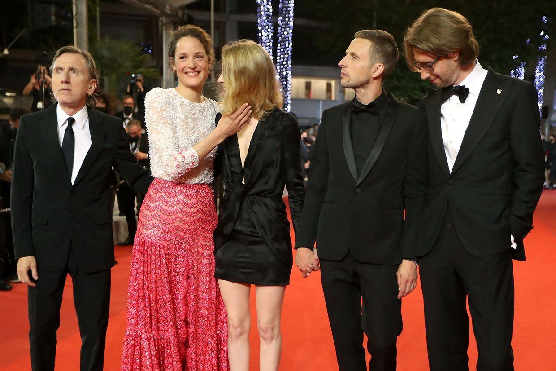 Premiere am Sonntagabend: der britische Schauspieler Tim Roth, Vicky Krieps, Regisseurin Mia Hansen-Love, der norwegische Schauspieler Anders Danielsen Lie und der schwedische Schauspieler  Hampus Nordenson.