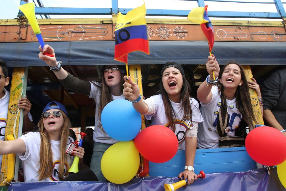 """Unterstützer des """"Nein"""" in einem Bus in Bogota."""