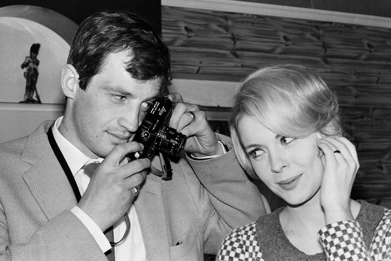 """Auf diesem Archivfoto vom 11. Februar 1964 fotografiert der französische Schauspieler Jean-Paul Belmondo die US-amerikanische Schauspielerin Jean Seberg in den Billancourt-Studios, als sie gerade mit den Dreharbeiten zu """"Backfire"""" unter der Regie von Jean Becker beginnen."""