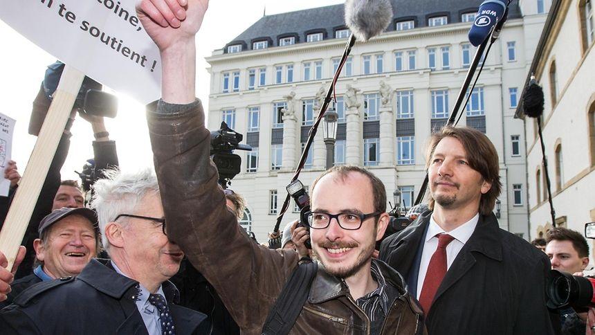 Antoine Deltour a remerciéà son comité de soutien, avant d'entrer dans le tribunal.