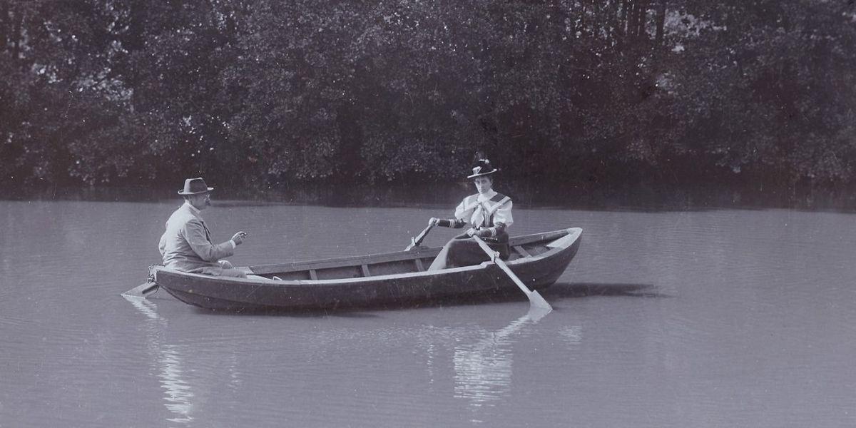 Großherzogin Maria Anna zusammen mit Großherzog Wilhelm IV. bei einer Bootsfahrt im Jahr 1893. Sie rudert, er steuert – ein leicht verzerrtes Bild der Realität. Als Wilhelm IV. krank wurde, hat Maria Anna die Geschicke des Herrscherhauses Luxemburg gesteuert.