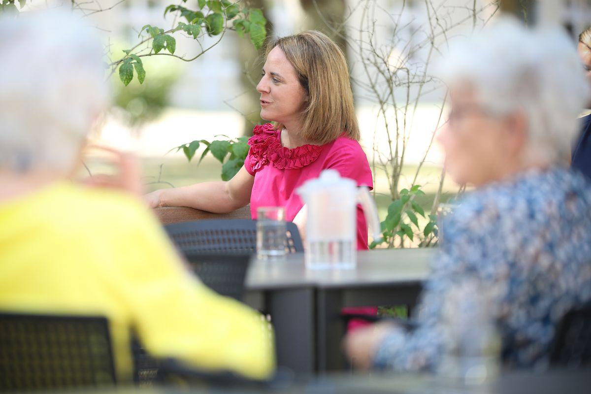 """La ministre de la Famille Corinne Cahen, ici sur le site de la maison de retraite """"Op der Rhum"""", est particulièrement préoccupée par le sort des personnes âgées."""