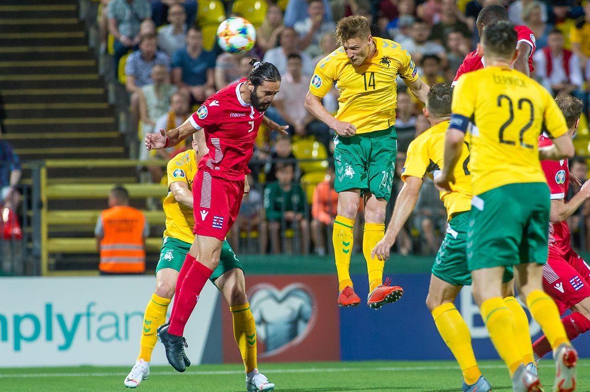 Vahid Selimovic (rotes Trikot), hier mit der FLF-Auswahl gegen Litauen, ist auf der Suche nach einer neuen Herausforderung fündig geworden.