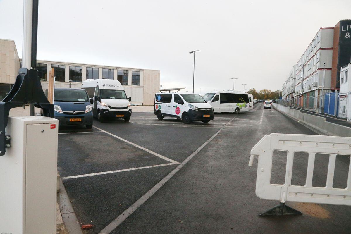 Seuls les bus des foyers scolaires peuvent venir près du site. Les parents doivent se garer plus loin.