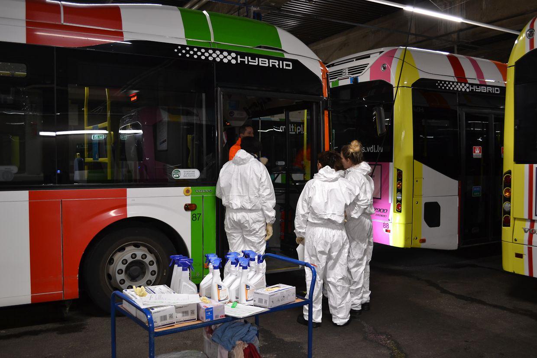 In drei Schichten werden die Busse gesäubert und desinfiziert.
