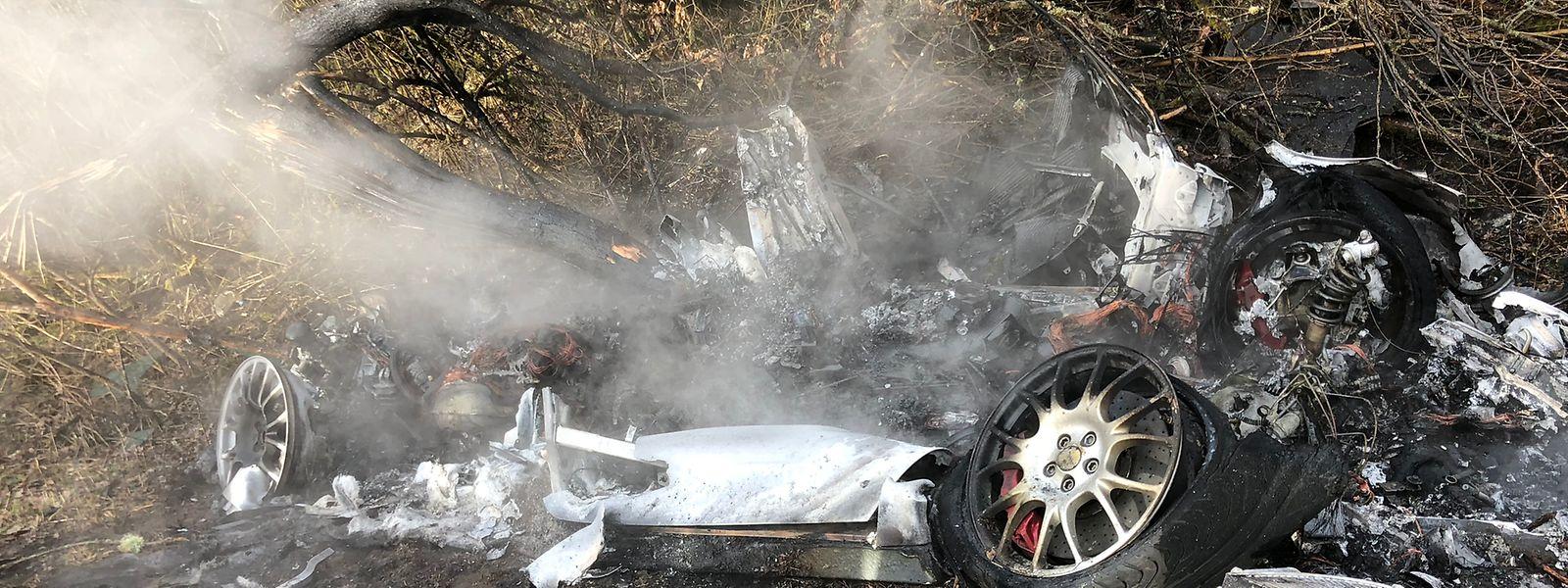 Das Fahrzeug ist ausgebrannt.