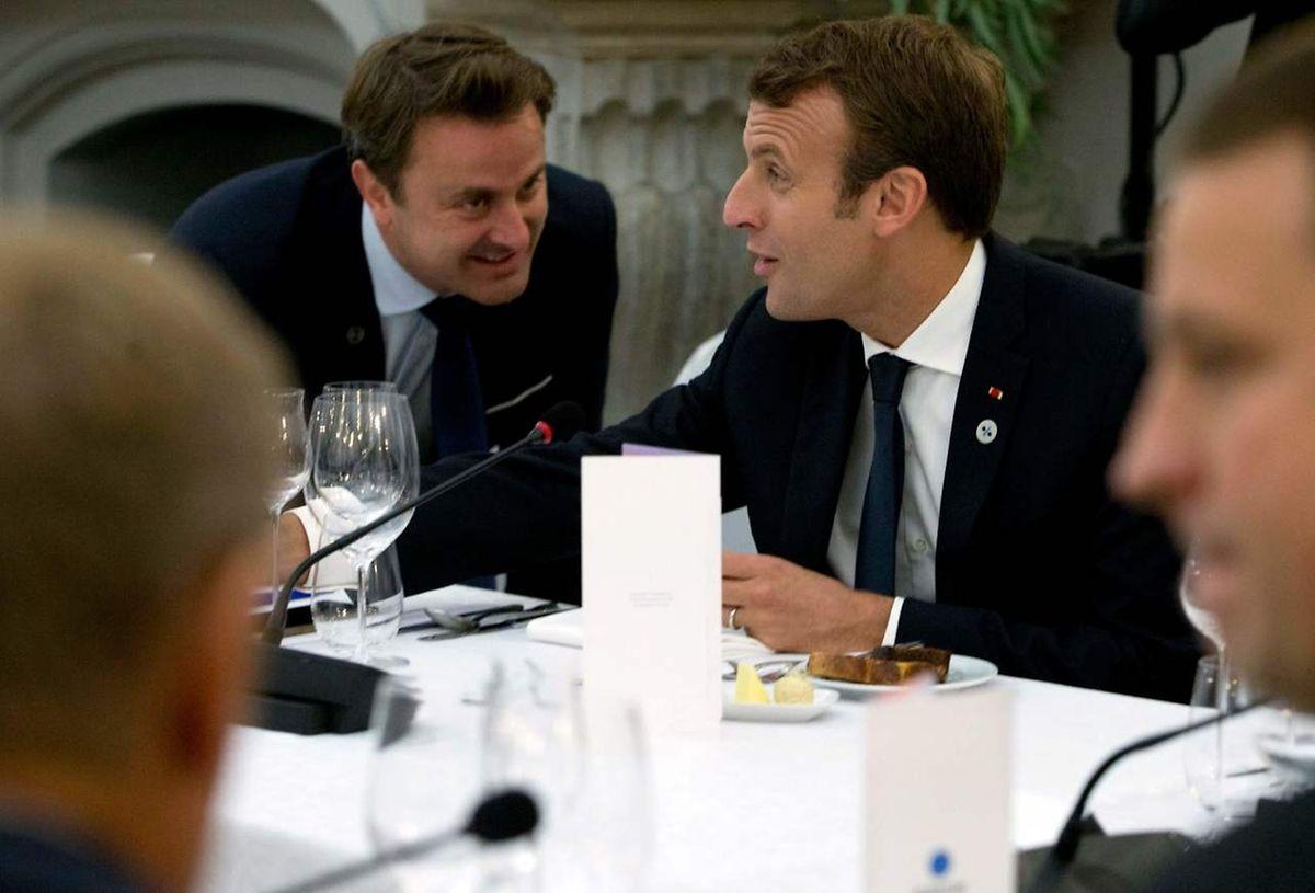 Xavier Bettel beim entspannten Gespräch mit dem französischen Staatspräsidenten Emmanuel Macron.