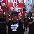 """In Hongkong ist es am Wochenende erneut zu massiven Protesten gegen die Regierung gekommen. Die Demonstranten tragen Schilder, auf denen steht: """"Hört auf, uns umzubringen."""" Sie fordern den Rücktritt von Regierungschefin Carrie Lam."""