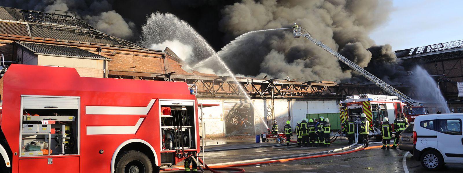 In Homburg an der Saar brennt eine größere Menge Kunststoffgranulat.