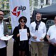 Le président de l'ALJP, Luc Caregari, le président du bureau exécutif de l'AJLP, Christophe Langenbrink et le vice-président Roger Infalt, avec une journaliste