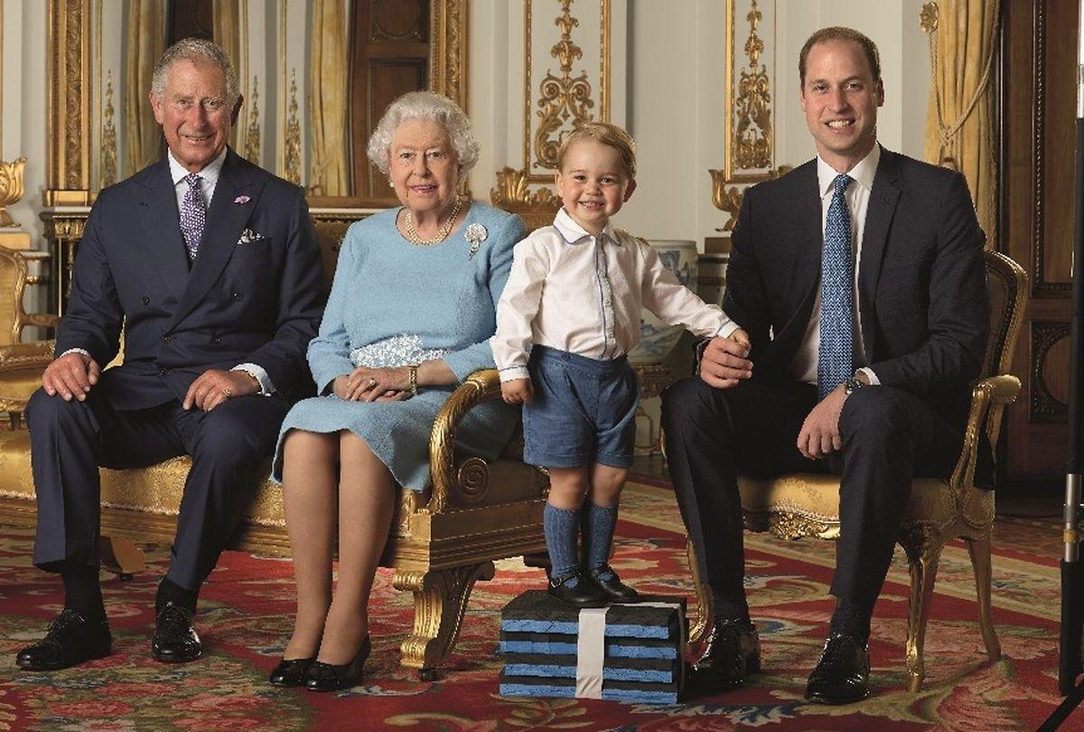 Vier Generationen der britischen Royals: Prinz Charles, Queen Elizabeth, Prinz George, Prinz William (v.l.n.r.).