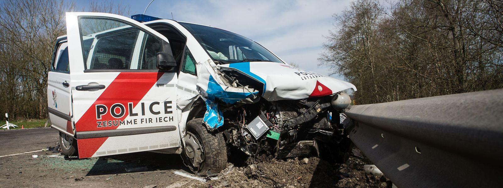 Une camionnette de police a violemment frappé une voiture de patrouille à l'intersection de Lausdorn