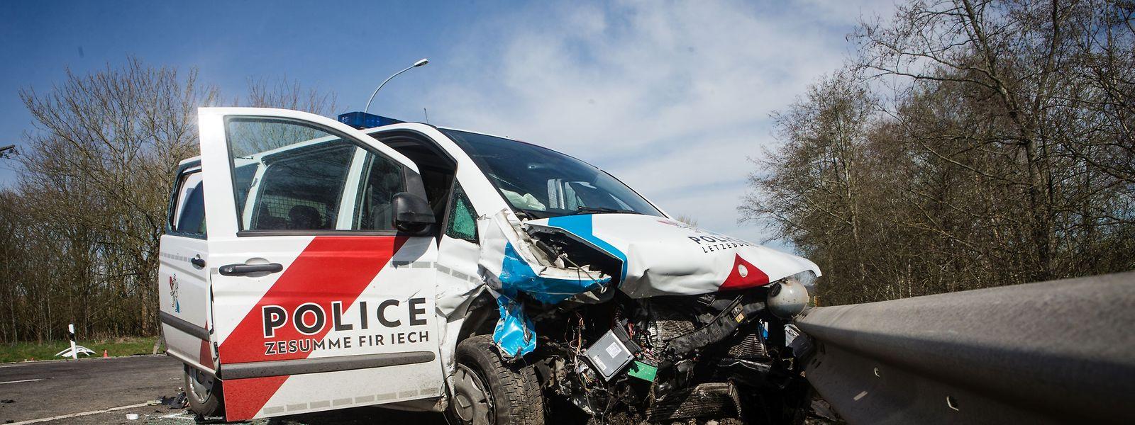 Bei dem Unfall am Samstagmorgen verstarb ein Polizist noch an der Unfallstelle. Seine Kollegin kämpft weiter um ihr Leben.