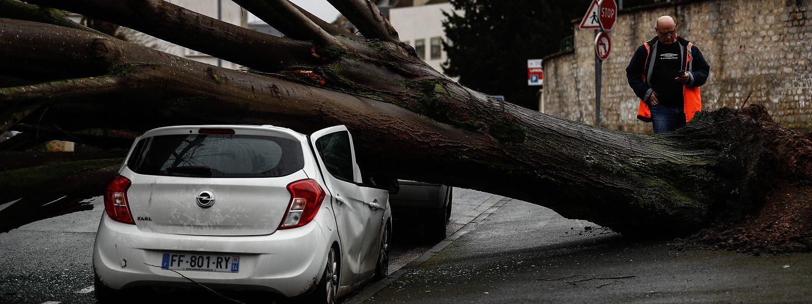 La tempête Dennis a provoqué de gros dégâts au Royaume-Uni ce dimanche