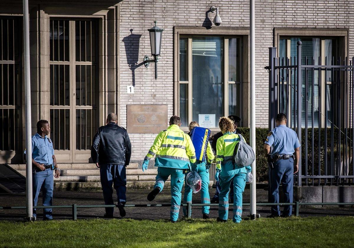 Quelques minutes après, des journalistes de l'AFP ont vu une ambulance arriver devant le tribunal, tandis qu'un hélicoptère survolait la zone. Plusieurs secouristes se sont précipités à l'intérieur du tribunal. De leur côté, des responsables du tribunal appelaient au calme.