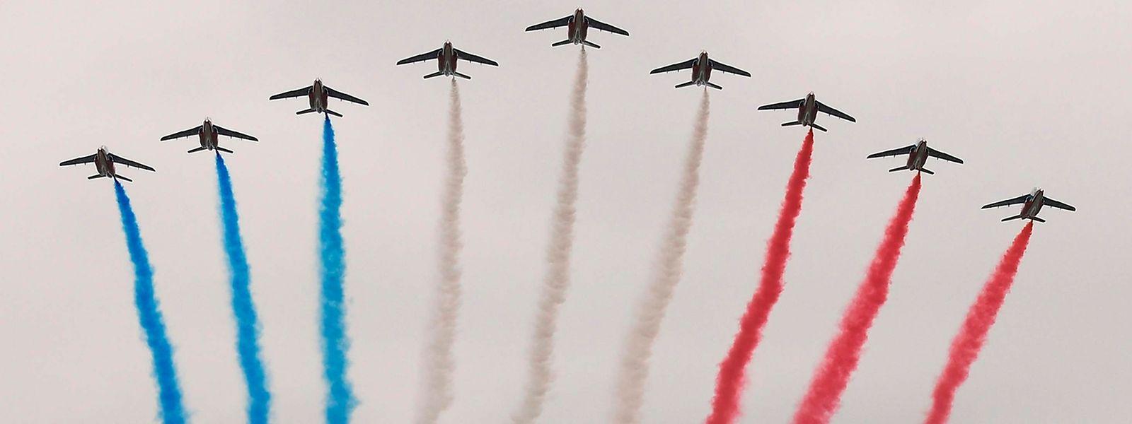 Der Überflug der Patrouille de France gehört zur Parade wie der Eiffelturm zu Paris.