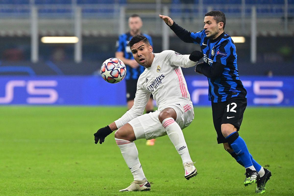 Casemiro (l.) und Real Madrid hatten im Topspiel gegen Inter Mailand um Stefano Sensi die Nase vorn.