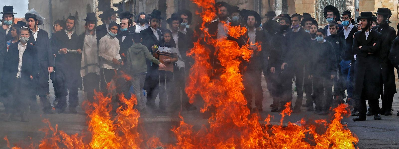 Ultraorthodoxe protestieren im Viertel Mea Sharim in Jerusalem gegen die Corona-Regeln.