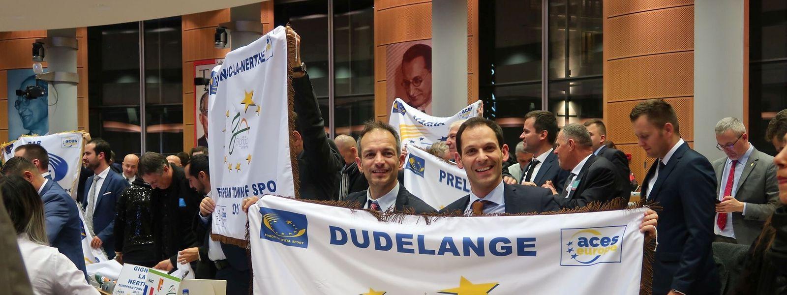Schöffe Loris Spina und Bürgermeister Dan Biancalana bei der Awards Ceremony in Brüssel: Die Freude über die Auszeichnung ist unverkennbar.