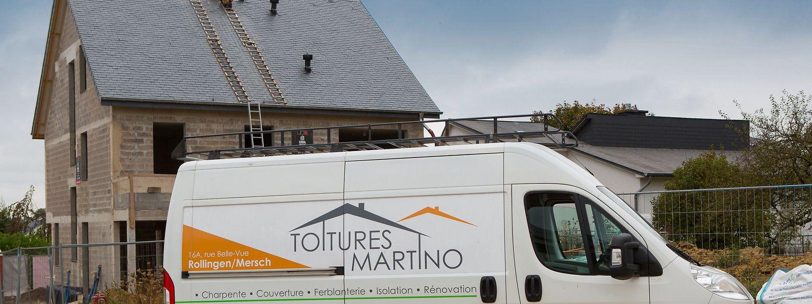 A equipa da Toitures Martino efetua a limpeza das chaminés e a supervisão dos telhados.