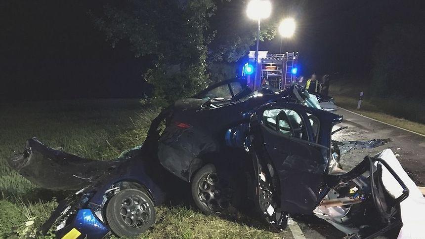 Le choc a été très violent: le conducteur a été grièvement blessé et la passagère a succombé à ses blessures.