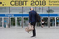 """ARCHIV - 11.06.2018, Niedersachsen, Hannover: Ein Messebesucher kommt zur Digitalisierungsmesse Cebit. (zu dpa """"IT-Messe Cebit wird eingestellt"""" vom 28.11.2018) Foto: Julian Stratenschulte/dpa +++ dpa-Bildfunk +++"""
