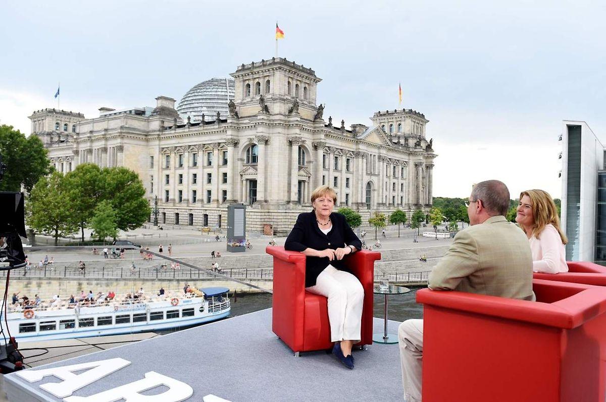 Vor der Kulisse des Berliner Reichstags gab Merkel das Interview.