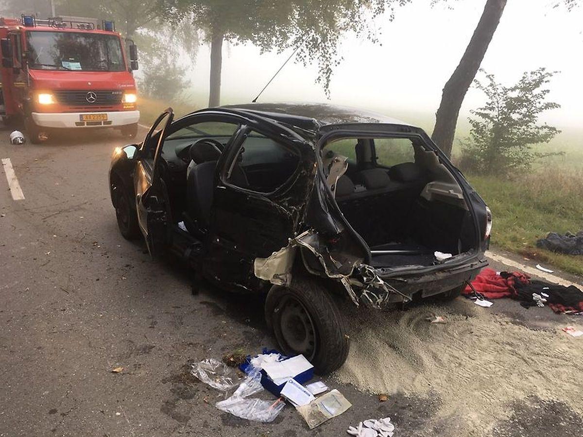 Auf dem Angelsberger Plateau verlor ein Fahrer die Kontrolle über seinen Wagen. Das Fahrzeug kollidierte mit drei Bäumen. Eine 17-Jährige, die auf der Rückbank saß, überlebte den Unfall nicht.