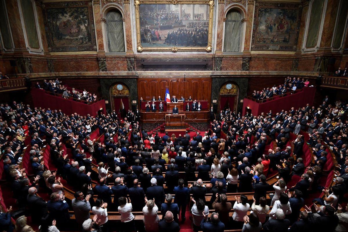 Die Zahl der Abgeordneten soll um ein Drittel zurückgehen, so Macron. Das soll die parlamentarische Arbeit flüssiger machen.