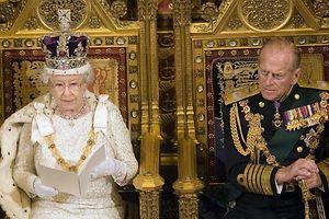 Königin Elizabeth II. und ihr Mann, Prinz Philip, im Oberhaus im Westminster Palast in London. (Archivfoto vom 15.11.2006).