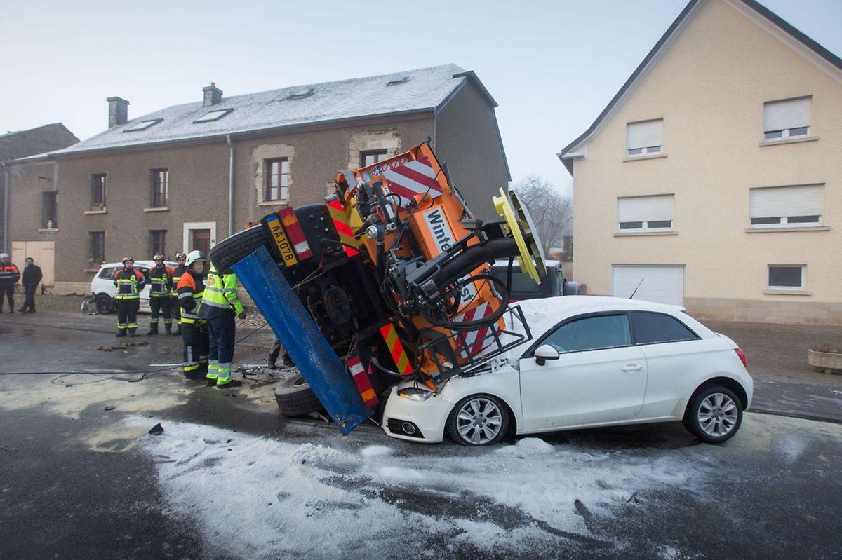 Das Streufahrzeug kippte zur Seite und begrub einen entgegenkommenden Wagen teilweise unter sich.