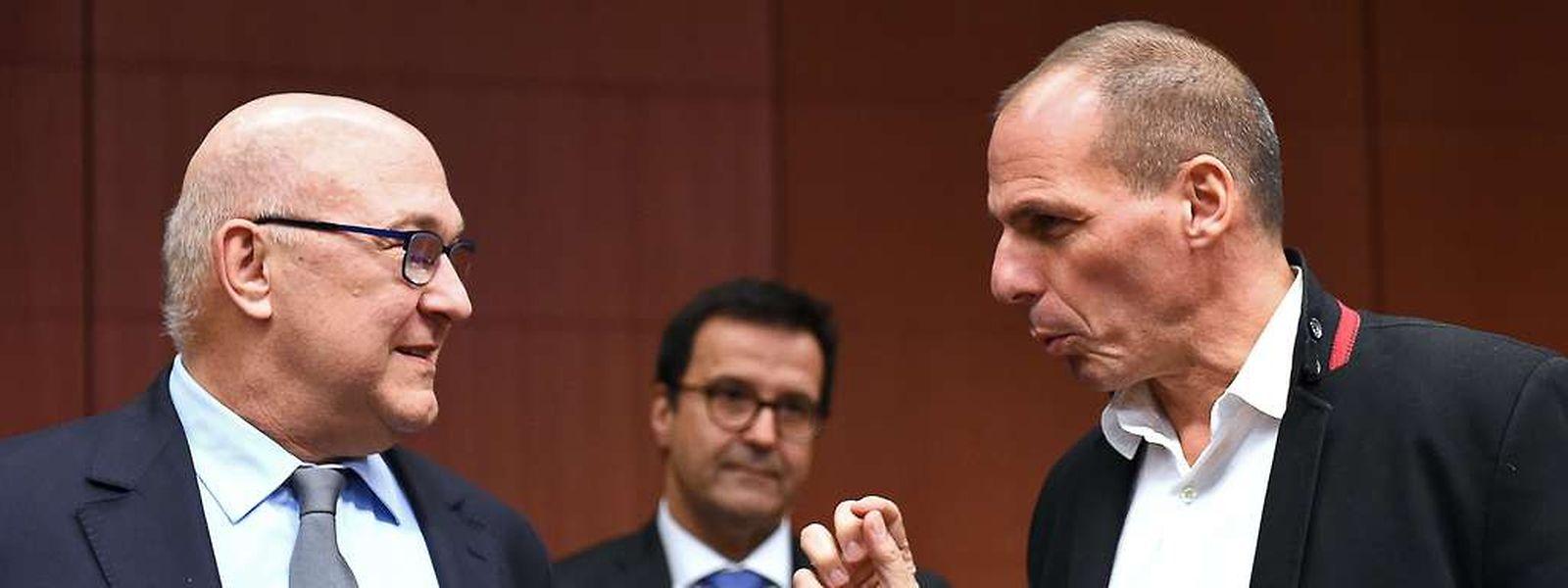 Der griechische Finanzminister Yanis Varoufakis spricht mit seinem französischen Amtskollegen Michel Sapin.