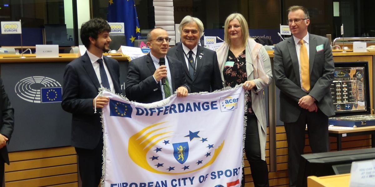 Roberto Traversini (2.v.l.) nahm den Titel City of Sports vor einigen Monaten von Aces Präsident Gian Francesco Lupattelli (3.v.l.) entgegen.