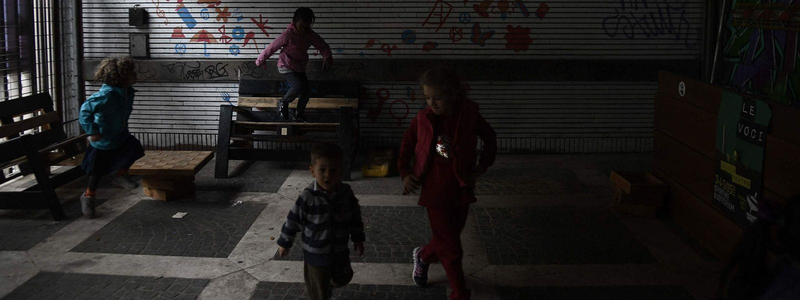 """Kinder spielen in dem besetzten Haus """"Spin Time Labs"""" in Rom."""