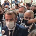 Emmanuel Macron atingido com ovo num feira em Lyon