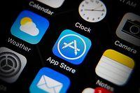ARCHIV - 08.12.2016, Taiwan, Taipeh: Das Icon des App Stores (M) auf dem Schirm eines iPhones. Eine Gruppe deutscher Verbände aus der Medien- und Werbewirtschaft wirft Apple wegen anstehender neuer Datenschutzregeln unfairen Wettbewerb vor. (Zu dpa «Verbände reichen Wettbewerbsbeschwerde gegen Apple ein») Foto: Ritchie B. Tongo/EPA/dpa +++ dpa-Bildfunk +++