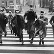 Die Schuljungen auf dem Zebrastreifen in der Rue Aldringen fotografierte Théo Mey im Jahr 1954.