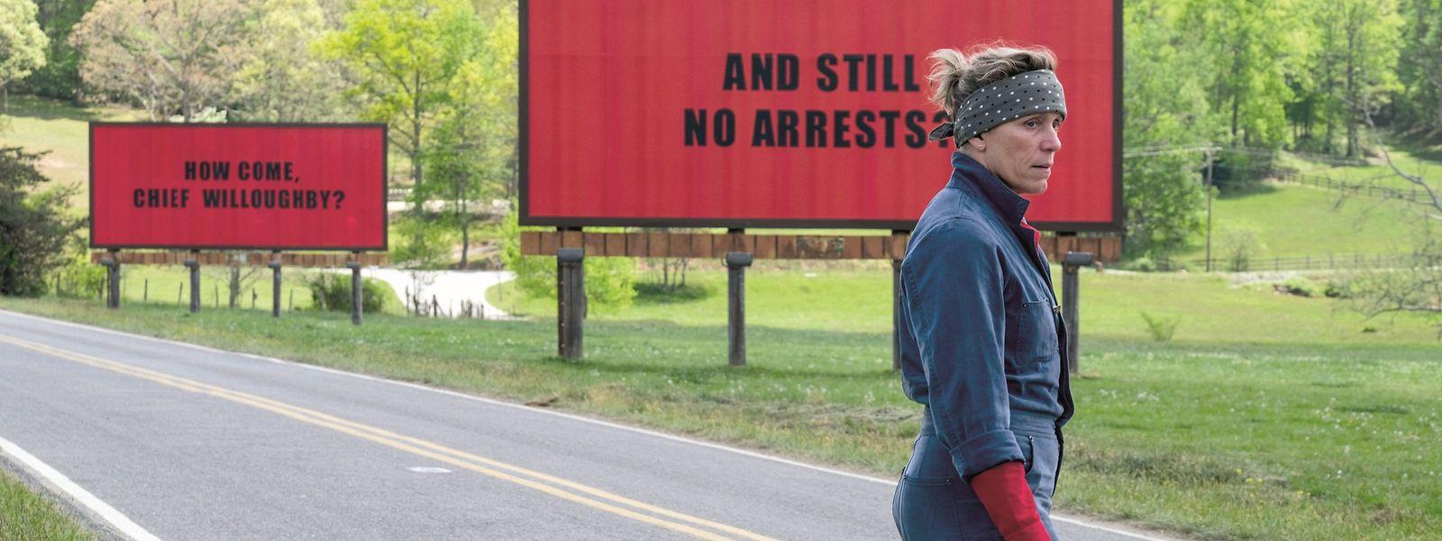 Mit drei riesigen Anzeigetafeln als stumme Protestaktion mischt Mildred (Frances McDormand) die kleine Gemeinde in Missouri gehörig auf.