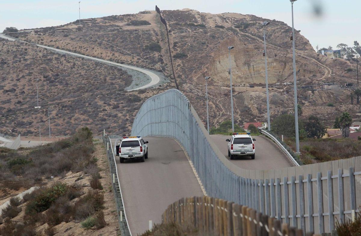 Schon jetzt stehen kilometerlange Grenzzäune entlang der Grenze.