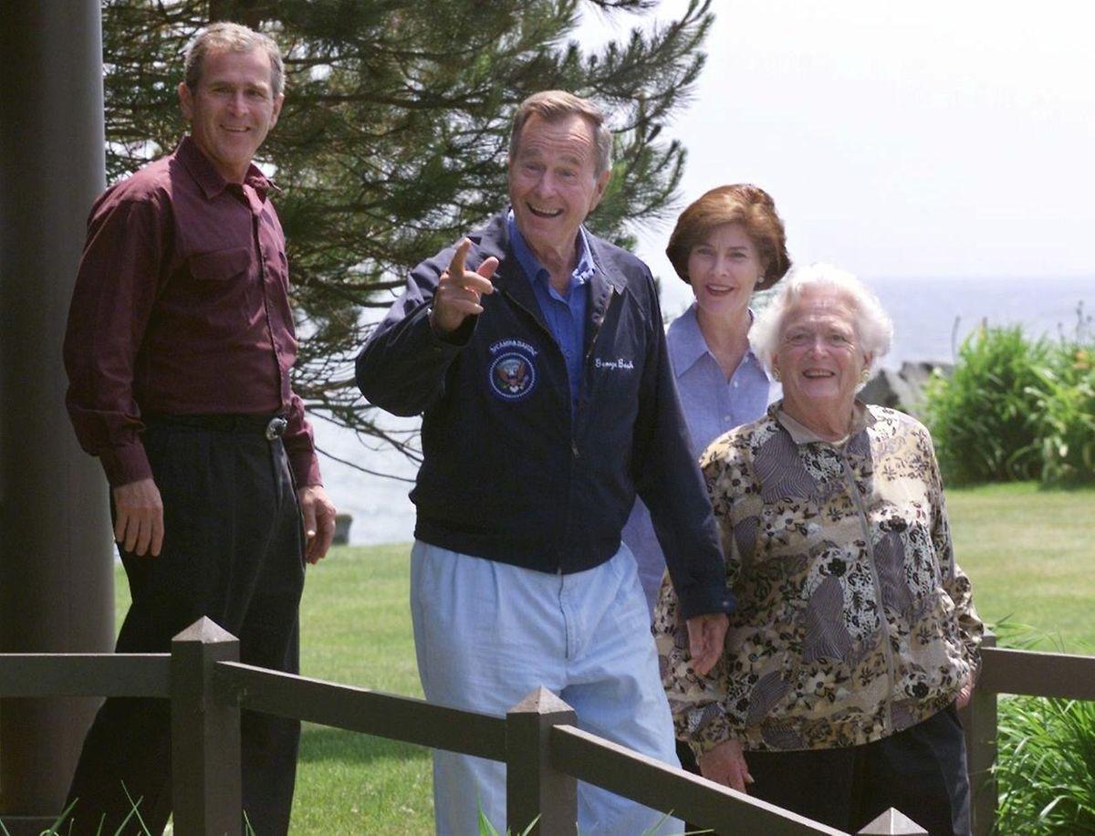 Dieses Bild, geschossen am 13.Juni 1999, zeigt den Gouverneur von Texas George W. Bush (l.), den früheren US-Präsidenten George Bush (2.v.l.), seine Frau Laura Bush (2.v.r.) sowie Mutter Barbara Bush beim Verlassen der Familienresidenz in Walkers Point in Kennebunkport, Maine