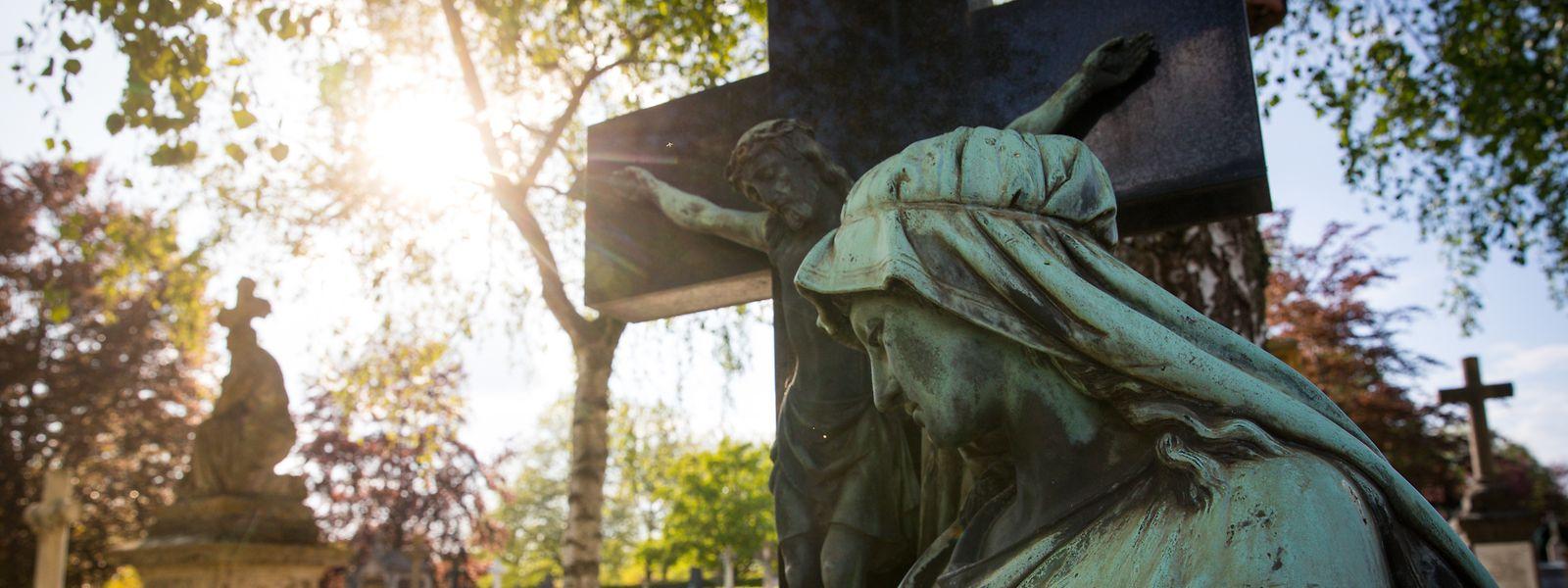 Allein gestorben – allein begraben, hatte Nadine Braconnier den Facebook-Beitrag zum Tod ihrer Großmutter betitelt. Begräbnisse sind bis zu einer Zahl von 20 Teilnehmern erlaubt und von heute an wird es auch wieder Zeremonien beim Krematorium in Hamm geben.