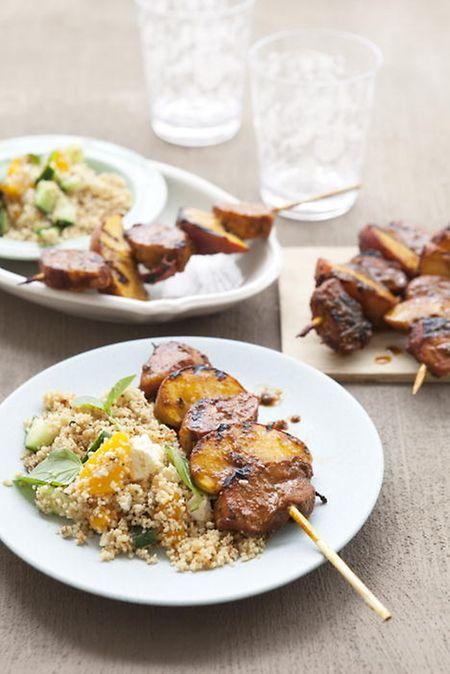 Schweinefleisch-Pfirsich-Spieße mit Couscous