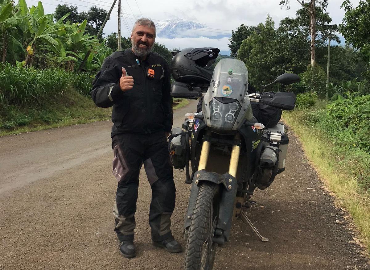 A Tanzânia foi ponto de paragem na viagem de Carlos Nunes. Na foto ainda se vê o monte Kilimanjaro, que com 5.895 metros de altitude é oponto mais alto de África.