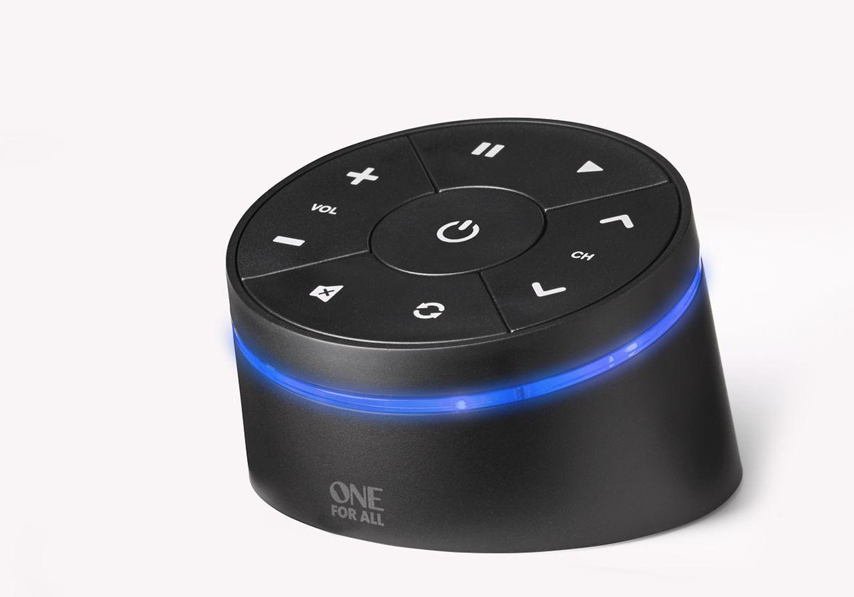 Der Smart Zapper (URC8810) von One for All (ab rund 35 Euro) ist Infrarot-Adpater und Fernbedienung in einem. Per App und über eine Bluetooth-Verbindung lässt er sich aber auch vom Smartphone aus bedienen.