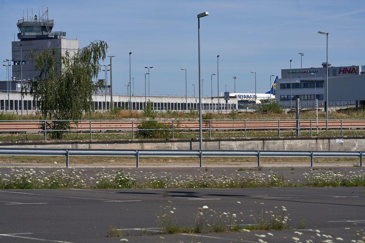 Ein Parkplatz des Flughafens Hahn im Hunsrück ist am Mittwoch nahezu leer. Der Airport spürt die Auswirkungen der Corona-Krise mit voller Wucht.