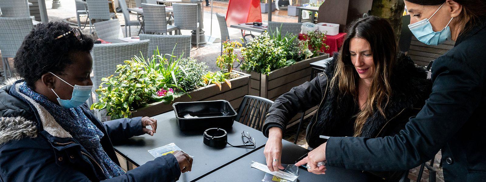 Wollen Gäste den Innenbereich von Cafés oder Restaurants betreten, benötigen sie einen negativen Schnelltest.