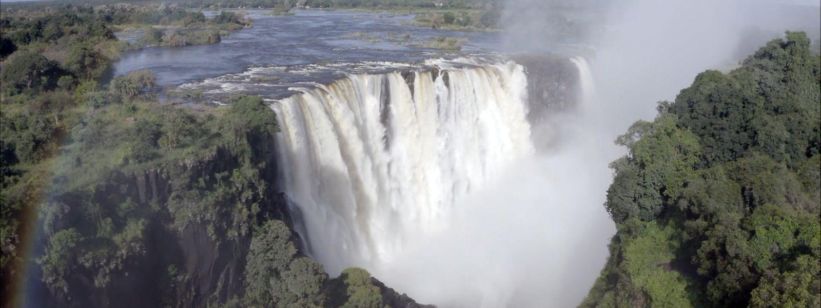 Die angeblich ausgetrockneten Victoria-Wasserfälle werden von Wasser überströmt, doch der Tourismus bleibt wegen der Pandemie aus.