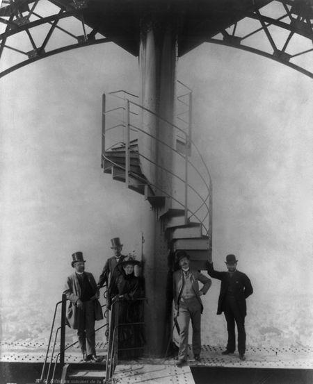 Den Ausblick ausluftiger Höhe genoss auch schon Gustave Eiffel (l.) – damals noch recht ungesichert – während der Weltausstellung im Jahr 1889.