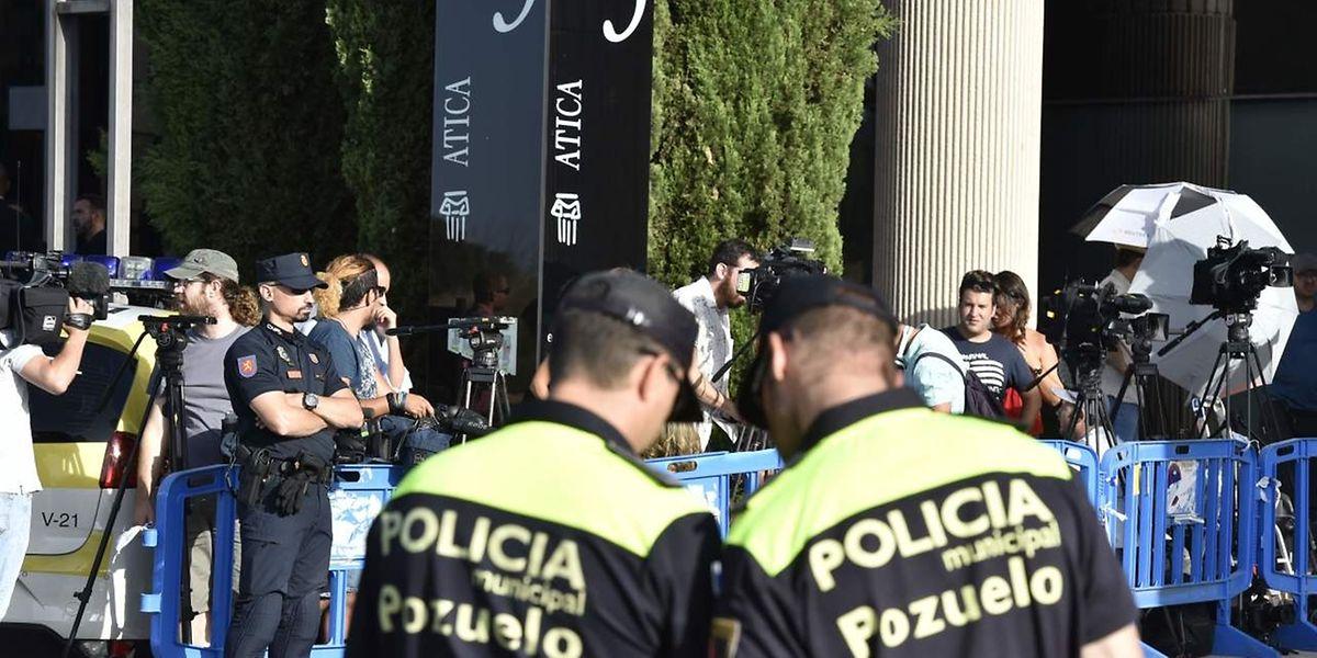 Em frente ao tribunal estavam hoje centenas de jornalistas e agentes da polícia.