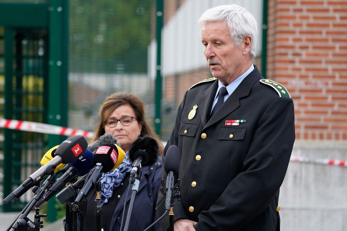 Polizeiinspektor Mogens Lauridsen hält eine Pressekonferenz nach Madsens Fluchtversuch.